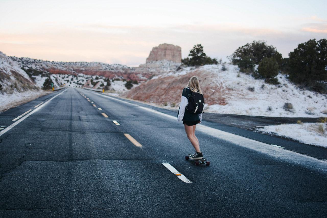 En kvinna på en skateboard